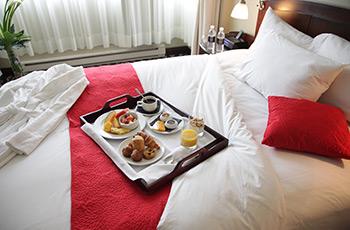 Petit déjeuner au lit de l'Hôtel Le Saint-Sulpice