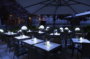 Terrasse de jardin la nuit de l'Hôtel Le Saint-Sulpice