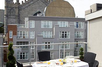 Terrasse privée de la suite Signature 508 de l'Hôtel Le Saint-Sulpice