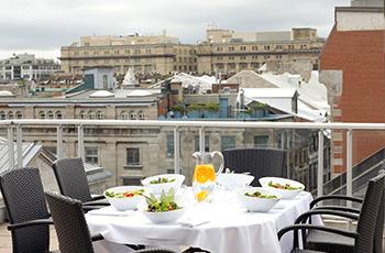 Terrasse sur le toit de la suite Signature 509 de l'Hôtel Le Saint-Sulpice