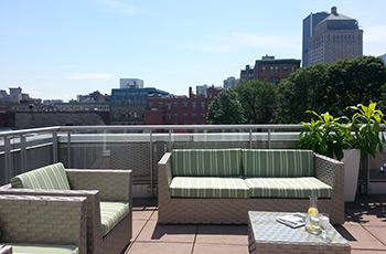 Terrasse sur le toit de la suite Signature en été de l'Hôtel Le Saint-Sulpice