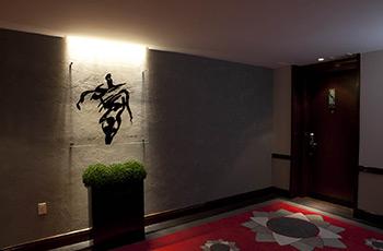 Couloir de la galerie d'art de l'Hôtel Le Saint-Sulpice