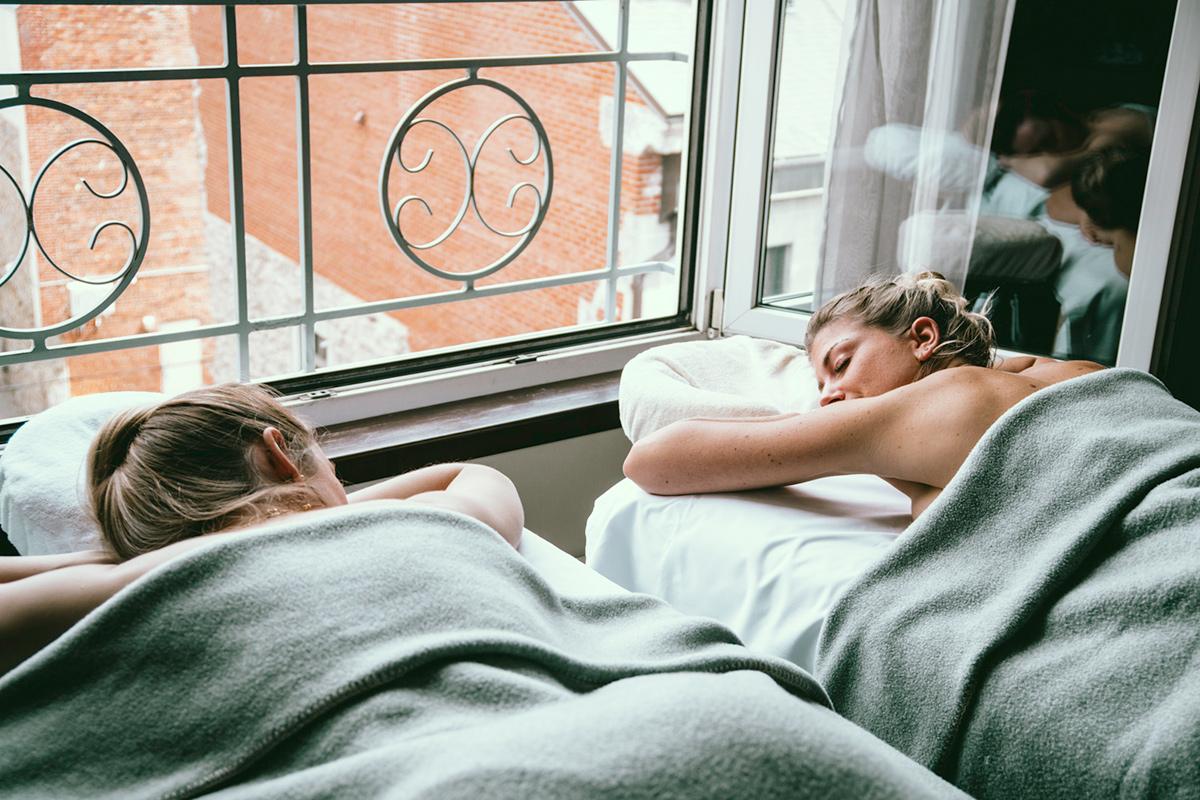 Massage et traitements spa en chambre pour un séjour bien-être au Saint-Sulpice Hôtel Montréal
