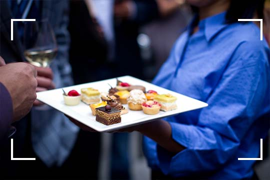 Soyez choyé avec des bouchées et champagne lors de nos événements privés sur la terrasse du Saint-Sulpice Hôtel Montréal. Juste SoSulpice.