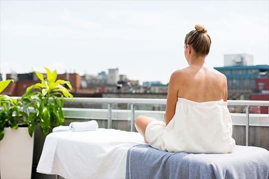 Offrez-vous une pause bien-être à Montréal cet hiver avec notre forfait massage en chambre au Saint-Sulpice Hôtel Montréal